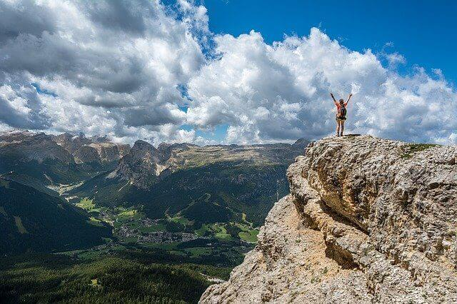 山の頂上に立つひと